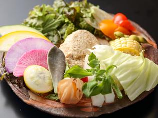 市場で仕入れる、色鮮やかな新鮮野菜