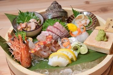 色彩豊かな明石近海の昼網鮮魚を使用。素材本来の旨味をシンプルにいただく『お造り盛り合わせ 3種』