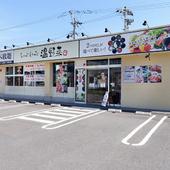 春日神社からほど近く、広々とした駐車場を完備