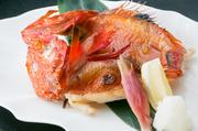 北海道産きんきは脂と身がたっぷりついています。絶妙な焼き加減でその旨味を閉じ込め、新鮮でぷりっとした食感や、とろけるような濃厚な味わいと磯の香りが口いっぱいに広がり、至福のひとときが満喫できる逸品。