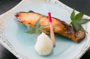 北の海で獲れる新鮮な銀たらは、肉厚で脂がたっぷりと乗っています。創業以来の伝統の味を守り、焼き上がりの香ばしさと、ほどよい甘味が格別。身離れがよいので食べやすく、濃厚で品のある味わいが堪能できます。
