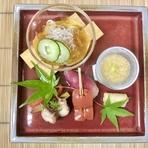 当然のことながら、わざわざ足を運んでくださったお客様には必ず満足して帰ってもらいたいと思っています。お客様お一人お一人の顔を思い浮かべながら心を込めて調理し、料理に感謝の気持ちを乗せています。