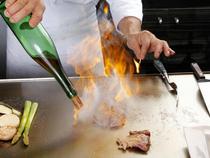 料理人がサービスも兼ねるスタイルで、きめ細やかなおもてなしを