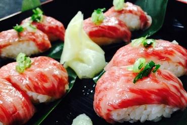 A5極上肉をサッと炙り、とろける旨さに『とちぎ和牛 牛寿司』