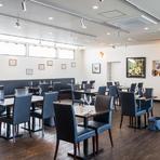 お客様同士の「輪」も大事にしたいと、あえて仕切りや個室を作らずに同じ空間を共有できるように作られた店内は、アットホームでくつろげる雰囲気。隣り合ったお客様同士意気投合し食事を楽しむ事もできます。