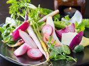 イタリアの郷土料理のバーニャカウダは、野菜の美味しさがダイレクトに味わえる一品。仲間内で鍋を囲んでワイワイ食べる様は【Anello】が求める「輪」の料理そのもの。新鮮な野菜がたくさん楽しめます。