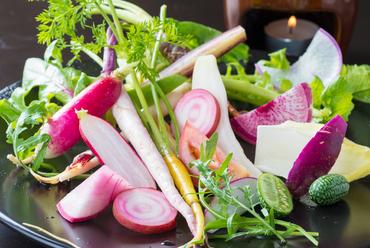新鮮野菜をたくさん楽しめる『契約農家より 季節野菜のバーニャカウダ』