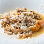 イタリアはミラノのおばあちゃんから教わった秘伝の煮込み料理。ショウガとスモークチーズをアクセントに使っています。野菜の甘みと牛ハチノスの旨味が重なったオススメの一品です。