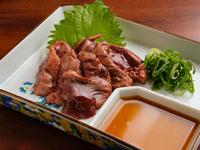100羽に1羽の割合でしか取れない宮崎県産の貴重で新鮮な鶏白レバー。クリーミィーでフォアグラのような濃厚な味わいです。