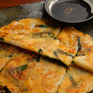 軽く茹でたじゃが芋とチーズがたっぷり入った、外はカリカリ、中はトロ~リもっちもちな女性に人気のチヂミ。