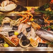 メニューのご用意はもちろんございますが、#uniではまず食材が並ぶ「アイスベッド」に皆様をご案内。まずは、ぜひこの「アイスベッド」からお好きな食材をお選びください!そしてお好きなお料理でオーダーください!