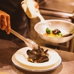 アイスベットから鮮魚を選び、お好みの調理方でオーダー。 ソテー/ムニエル/グリル +600円 アクアパッツア/煮付け +700円 ブイヤベース +900円 フリット +400円 パスタ/リゾット +600円
