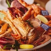 蟹はズワイ・タラバなどその時期の旬の蟹を使用 海老は赤海老・甘海老などおすすめの海老をご提供! 豪華4種の盛り合わせ