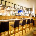 目の前に広がるオープンキッチンを楽しめるのが、【#uni seafood】のカウンター席の魅力。新鮮な海産物を目の前で調理する様は、エンターテイメント。デートや記念日、お二人でのご利用におすすめのお席です。 カウンター席:6席 利用人数:1~6名