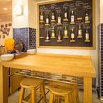 ハイテーブルのお席は、【#uni seafood】の特等席。 向かいあっても、隣同士でも、4人でも利用可能なお席は、少しプライベートな雰囲気を演出します。 ハイテーブル:4席 利用人数:2~4名