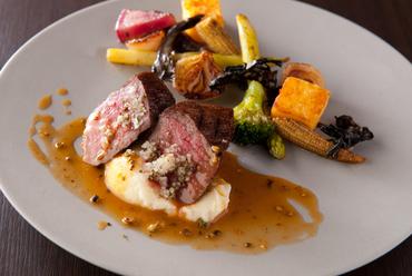肉質のバランスに優れた『長崎和牛イチボのロースト マデイラソース グリーンペッパー風味』