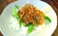 豚肉とアボカドマリネのしょうが焼き丼など日替りでご用意。ご飯大盛無料です。