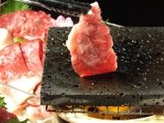肉本来の旨みを満喫『国産牛の溶岩焼き 3種盛り』