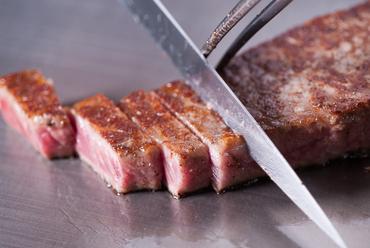 目の前で焼き上げる肉、野菜。まさに五感で味わうご馳走