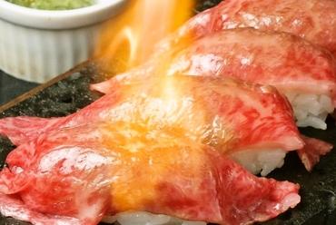 溶岩の上で豪快に焼き上げる『和牛の焼寿司』