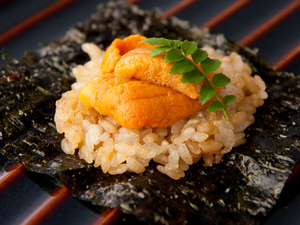 一番人気!パリッとした韓国海苔の上にのる『生雲丹と焼き飯』