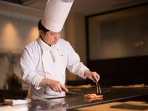 鉄板焼の醍醐味を料理人が目の前で披露しながら、心を込めて接客