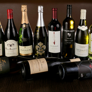 シェフを務める徳江威氏は、ソムリエを取得。フランスやイタリア、アメリカや南アフリカなど、世界各地のワインを厳選して常時20種類以上用意。ワインで味わうホルモンは、また格別です。