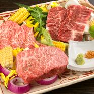 牛一頭分のハラミを丸ごと仕入れているから提供できる、めずらしい『厚切りハラミ』(写真右上)。見た目のインパクトが強い肉は食べ応えも充分で、コストパフォーマンスが高いとお客さんからも人気です。