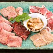 長年信頼関係を築いてきた卸売業者を通じ、東京・芝浦の市場から毎日仕入れている新鮮なホルモン。独特の歯ごたえと、くど過ぎない味わいは、鮮度がいい証拠。こだわりのホルモンをぜひご賞味ください。