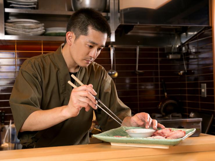 おいしく食べてもらえるよう、肉の焼き方を丁寧に説明
