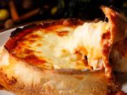ブロッコリー、プチトマト、パプリカなど、横浜野菜や鎌倉野菜の朝採れを使用。スイス産の2種類のチーズに白ワインなどを合わせた、コクのある味わいがたまりません。※季節や仕入れ状況で野菜は異なります。