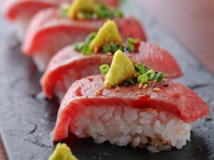 A5ランク和牛が持つ至極の肉汁がしっかりと浸み込んだ、酢飯との相性抜群の一品『特上ロース肉寿司』