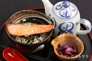 肉厚の切り身がうれしい『鮭茶漬け』