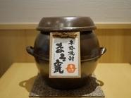 河内屋オリジナル焼酎『まろ甕(麦・芋)』夏はロック、冬はお湯割りで