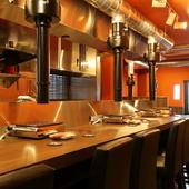 温かな雰囲気のスタッフ。調理場を見ながら過ごせる特別席