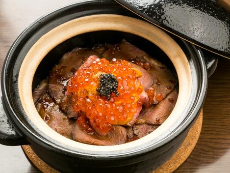 ローストビーフとウニ、キャビアを贅沢に盛った『ローストビーフの土鍋ご飯』