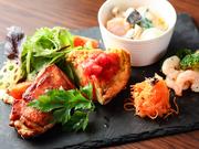 ランチメニューのひとつとして人気が高い『本日のデリプレート』は、その日の仕入れによってメニューが変わる一品。その時期に一番美味しく楽しめる食材を使用している料理です。