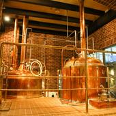 お店入口すぐの醸造施設は壮観!ビール造りの風景もご覧ください