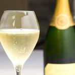 スペシャリテをより華やかに彩る、約30種類のワイン