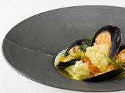 ポタージュやブイヨンなど、フレンチの中でも高い技術を要するスープづくり。本日のスープ『広島産ムール貝のスープ仕立て』では、カリフラワーとムール貝のカラーコントラストが美しさをより一層引き立てています。