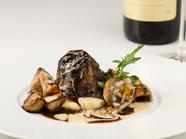季節ごとに異なる調理法で登場する『メイン~牛頬肉の赤ワイン煮込み ジャガイモのピューレ』