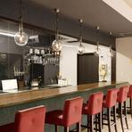 オープンキッチンを眺められる、くつろぎのカウンター