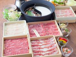 お肉は黒毛和牛、たんしゃぶ、北海道つや姫豚など12種類。他、60種類以上が食べ放題。
