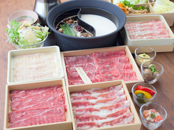 お肉は黒毛和牛、たんしゃぶ、北海道つや姫豚など13種類。他、60種類以上が食べ放題。