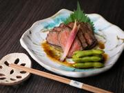 笠岡湾で育った和牛のイチボ(もも肉)を使用。塊のままじっくりと焼かれているので、香ばしさが際立ち、しっとりと柔らかく仕上がっています。