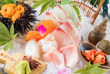 鮮度にこだわり、活魚水槽から即調理。素材の味を楽しむ『カワハギの共肝造り カワハギ肝軍艦巻』