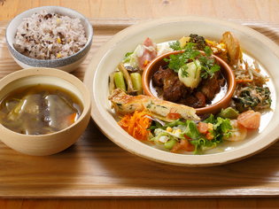 旬の野菜をたくさん使用した華やかな定食メニュー『晴レ定食』