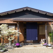 看板がなくても、気品ある佇まいが目印となる日本家屋