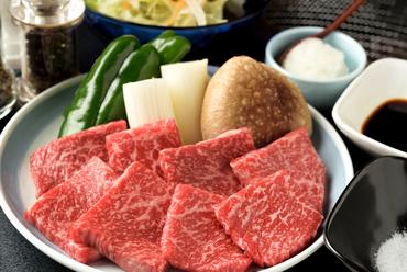 岐阜県の豊かな自然環境のもと育てられた、さっぱりとして脂身が少なく、柔らかな食感の『飛騨牛網焼』