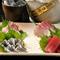 新鮮な鮮魚を厳選して仕入れ。素材本来の旨みを日本酒と共に楽しみたい『刺身盛り合せ三種』